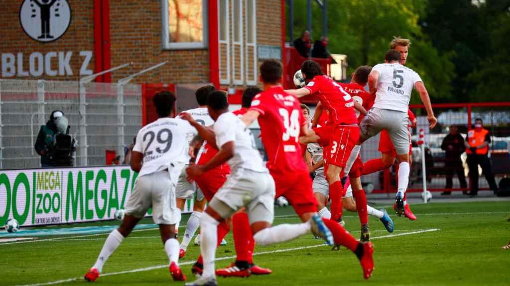 Los jugadores del Bayern Múnich y Union Berlin pelean en un córner