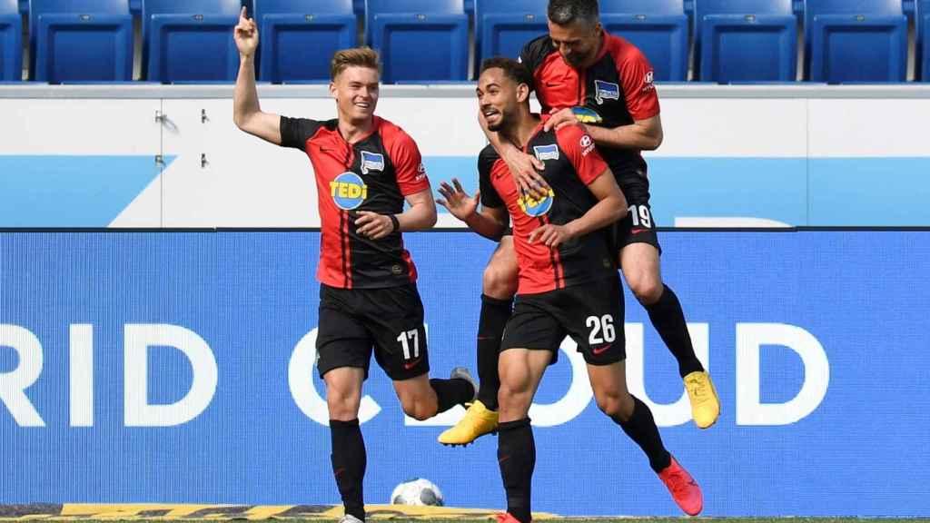 Jugadores del Hertha de Berlín celebran un gol abrazándose