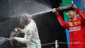 Sebastian Vettel, en el podio junto a Lewis Hamilton