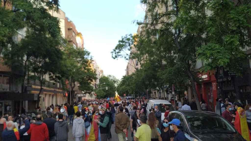 Los manifestantes se agolpan a las puertas de la sede del PSOE, en la calle Ferraz  de Madrid.