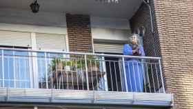 Una mujer aplaude desde su balcón a los sanitarios.