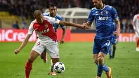 Kylian Mbappé, con el Mónaco, frente a Giorgio Chiellini, con la Juventus