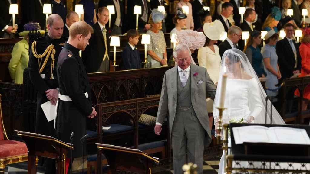 El príncipe Carlos acompañó a Meghan Markle al altar.