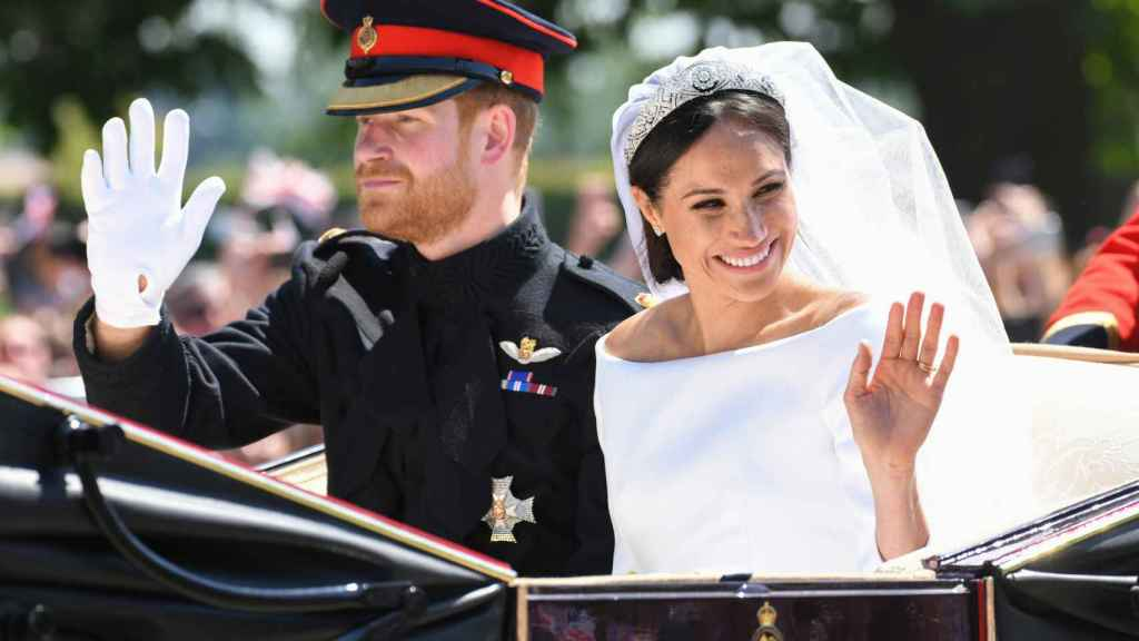 Harry de Inglaterra y Meghan Markle desfilaron a bordo de un carruaje tras la ceremonia religiosa.
