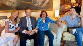 Ana Obregón junto a su hijo y sus padres en casa.