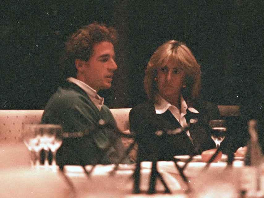 Alessandro y Silvia cenando en un restaurante en 1995.