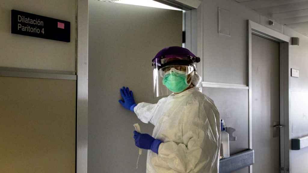 Planta 3, de la Maternidad de La Paz. Una de las matronas, a punto de entrar a asistir a una mujer con coronavirus.
