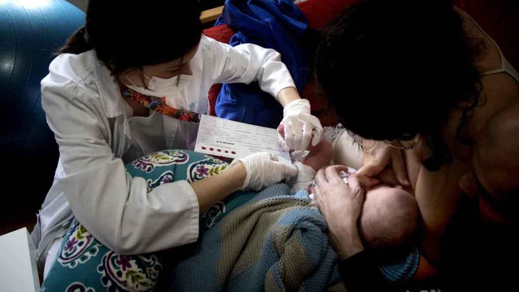 Las pruebas metabólicas se deben realizar antes de las 52h. El amamantamiento sirve de analgésico a Aimar mientras le hace la prueba del talón.