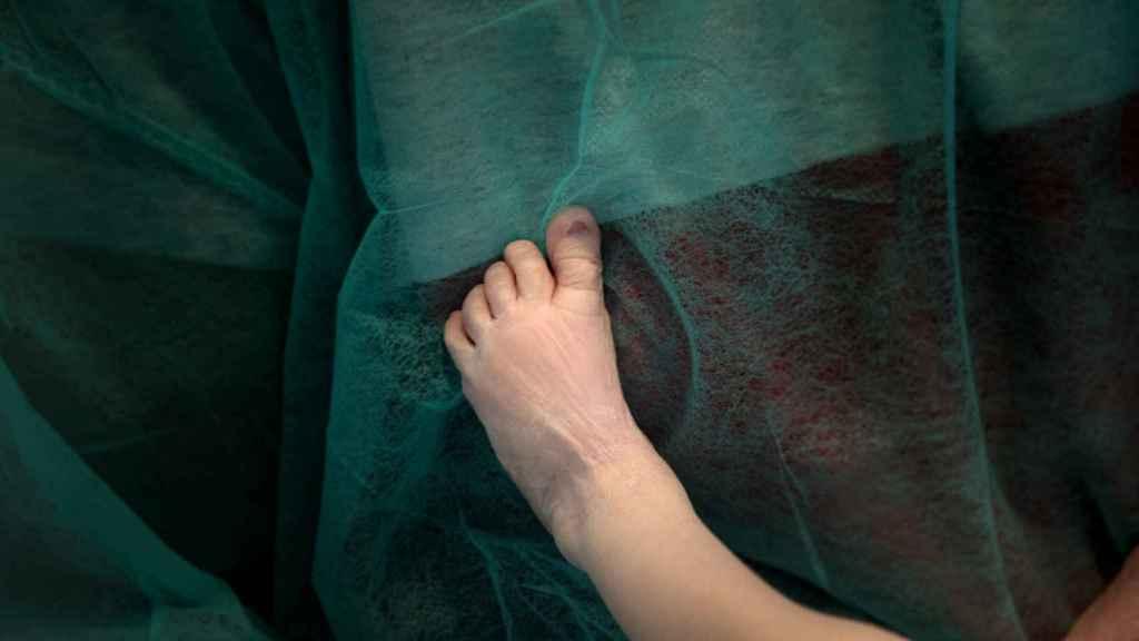 El pie de Aritz en el hospital, en brazos de su padre.
