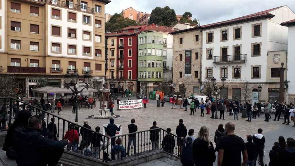 Congregación en apoyo del etarra Patxi Ruiz en Bilbao, en la Plaza Miguel de Unamuno.