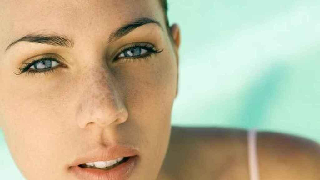 Modelo luciendo una piel ligeramente bronceada, en una imagen de archivo.