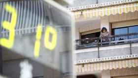 Una mujer en su vivienda mientras que el termómetro marca 31 grados en Córdoba el pasado 8 de mayo.