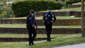 Dos policía municipales en la pradera de San Isidro este fin de semana.
