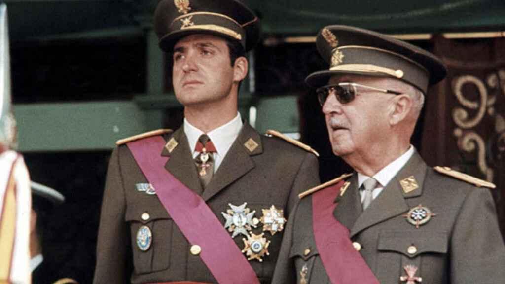 Juan Carlos I junto a Franco.