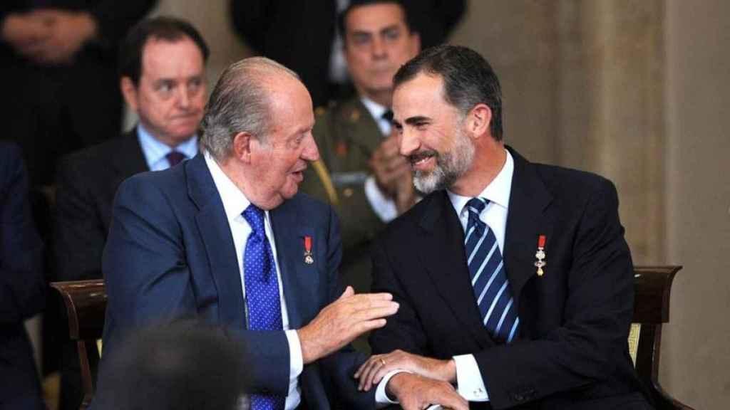 Juan Carlos junto a Felipe.
