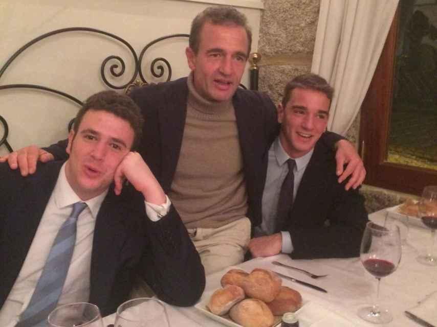 Alessandro Lequio junto a sus dos hijos.