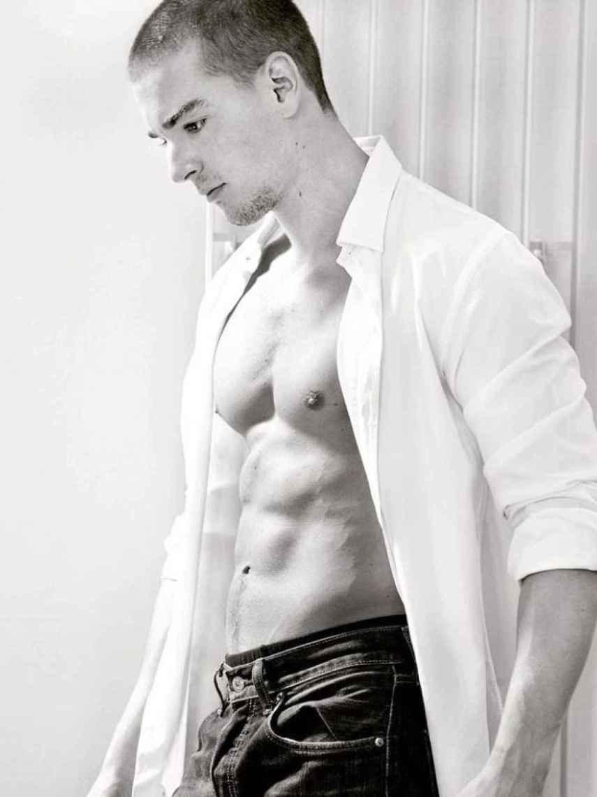 Clemente, ejerce de modelo y es diseñador gráfico para estampados de prendas.