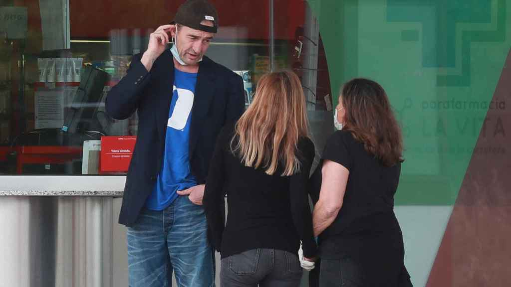 Alessandro luciendo la gorra y la camiseta de Álex.