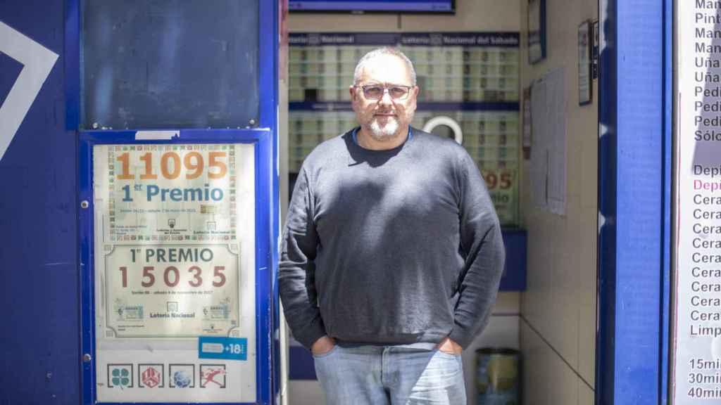 Juan Luis, en la entrada de su administración de lotería.