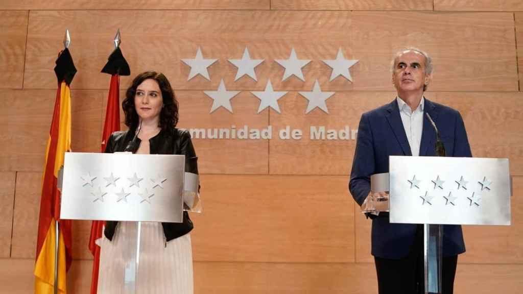 La presidenta de Madrid, Isabel Díaz Ayuso, con su consejero de Sanidad, Enrique Ruiz-Escudero.