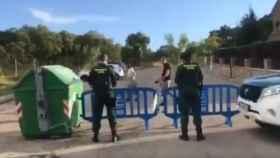 La Guardia Civil corta al tráfico la calle donde residen Pablo Iglesias e Irene Montero.