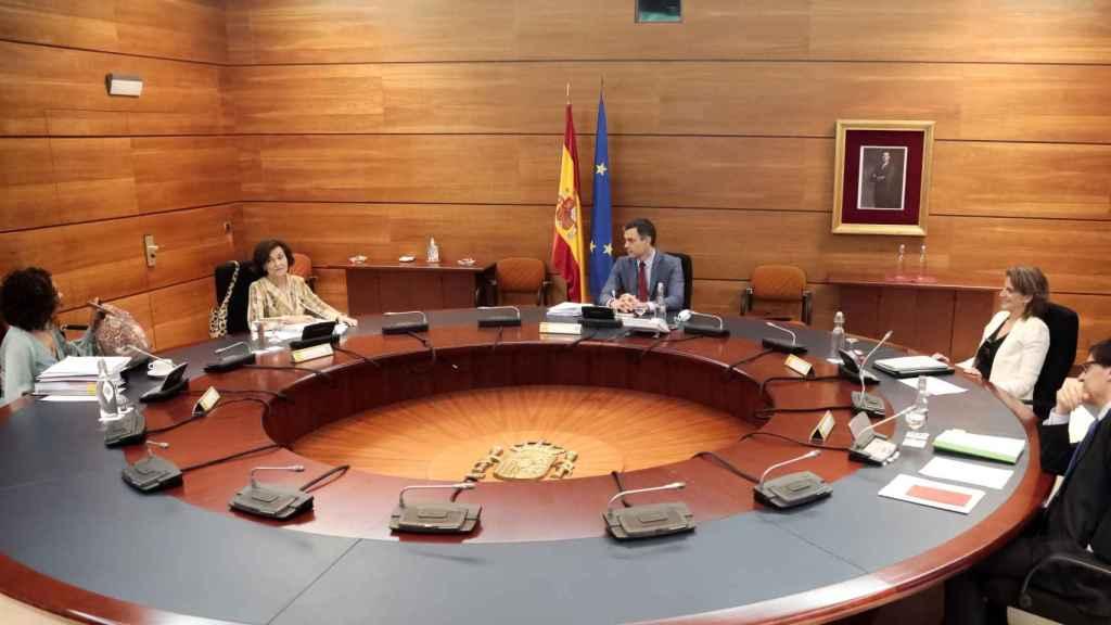 La portavoz María Jesús Montero, las vicepresidentas Calvo y Ribera, el ministro Illa y el presidente Sánchez, en el Consejo de Ministros.
