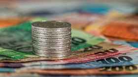 Monedas y billetes en un imagen de archivo.