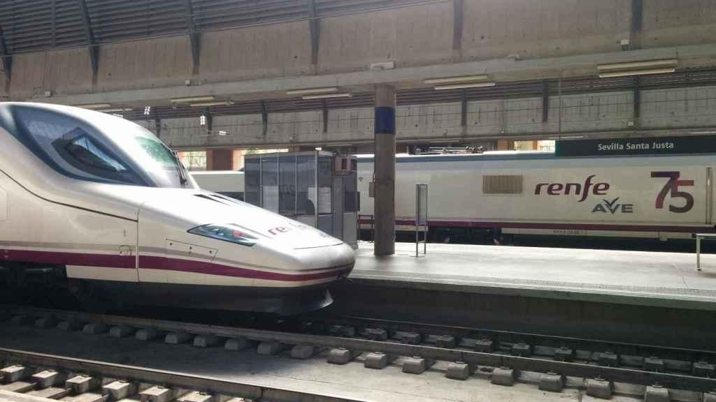 Uno de los trenes AVE en una estación.