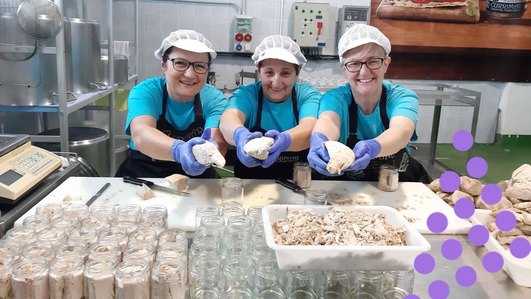Nieves Medina (primera por la derecha), junto con dos trabajadoras de su obrador de conservas.