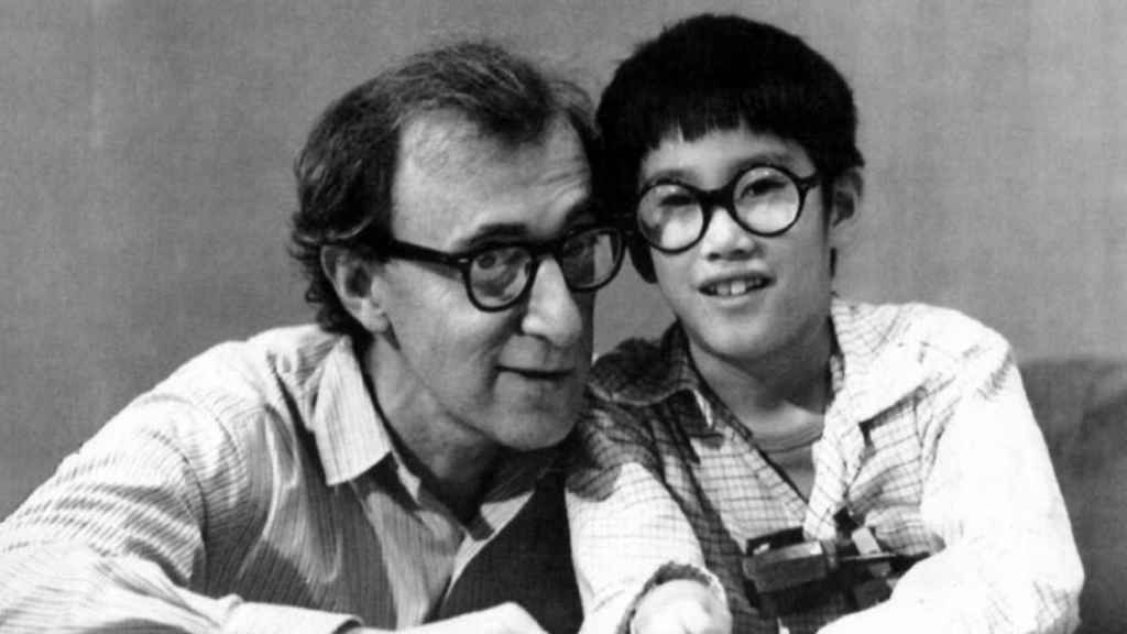 Woody Allen con Moses, su hijo, que a día de hoy le defiende.