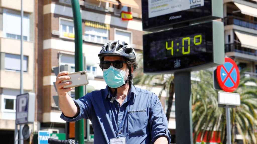 Un hombre se fotografía junto a un termómetro que marca 40 grados en Córdoba.