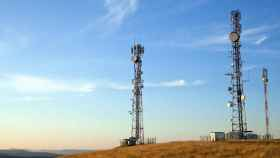 Torres con antenas de telecomunicaciones del operadora mayorista.