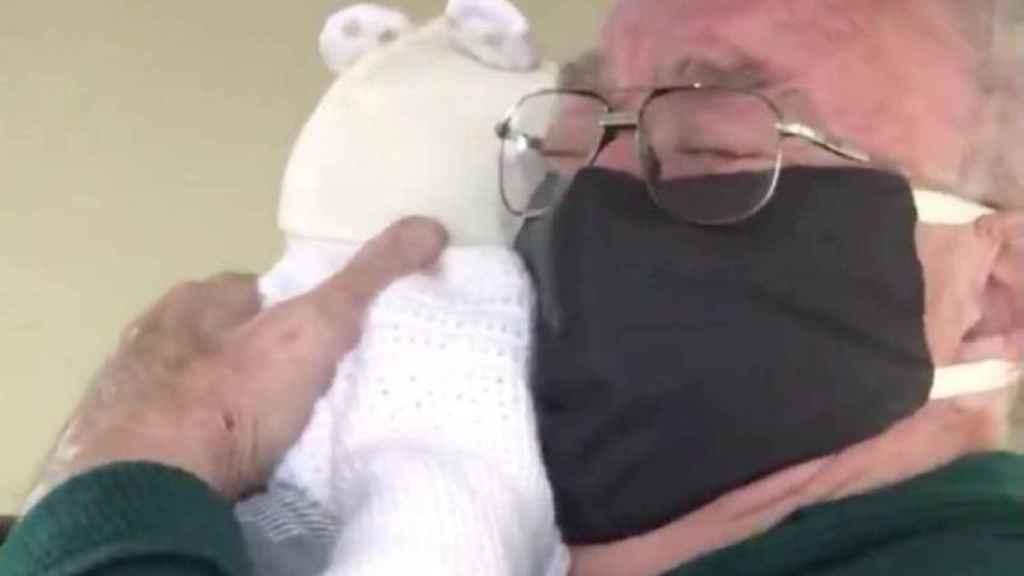 El bisabuelo abrazando por primera vez a su bisnieto