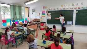Una profesora enseñando a un grupo de alumnos de Primaria.