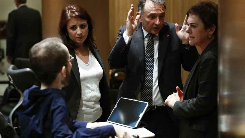 Adriana Lastra (PSOE), Mertxe Aizpurua (Bildu), yPablo Echenique (Podemos) y Enrique Santiago (IU), en los pasillos del Congreso.