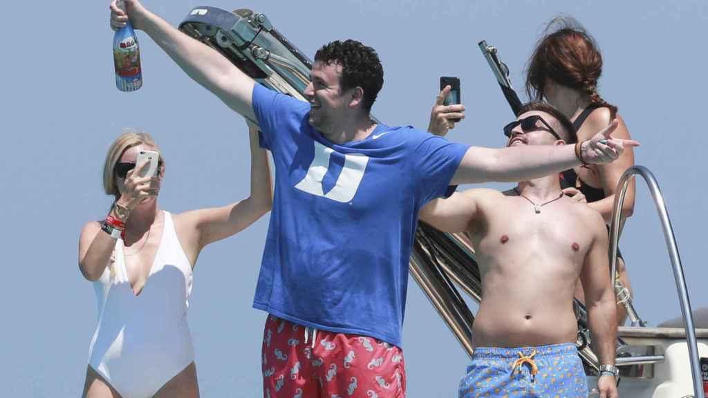 Álex Lequio en julio de 2019 festejando con sus amigos a bordo de un barco en Ibiza.