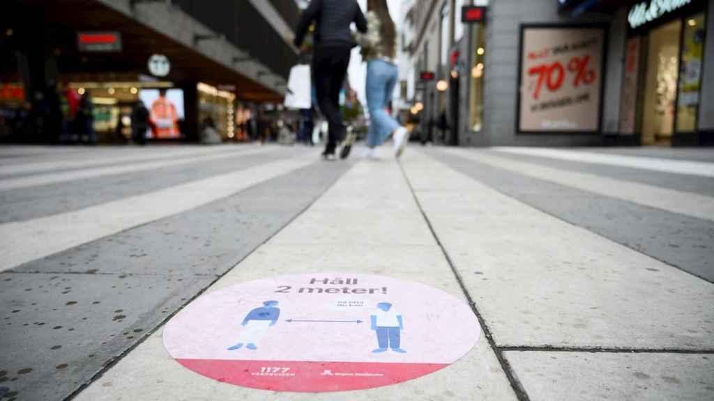 Una pegatina en el suelo recuerda la distancia de seguridad en Estocolmo. EFE/EPA/Henrik Montgomery
