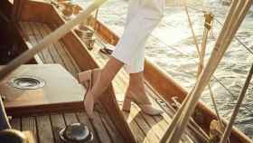 Una modelo posando con zapatos.