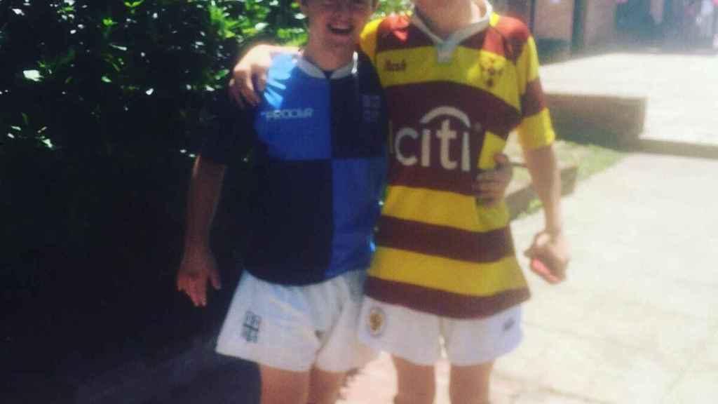 Matías con la camiseta de Belgrano y su amigo Gonzalo