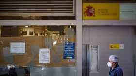 Un hombre pasa frente a una oficina de empleo en Pamplona.
