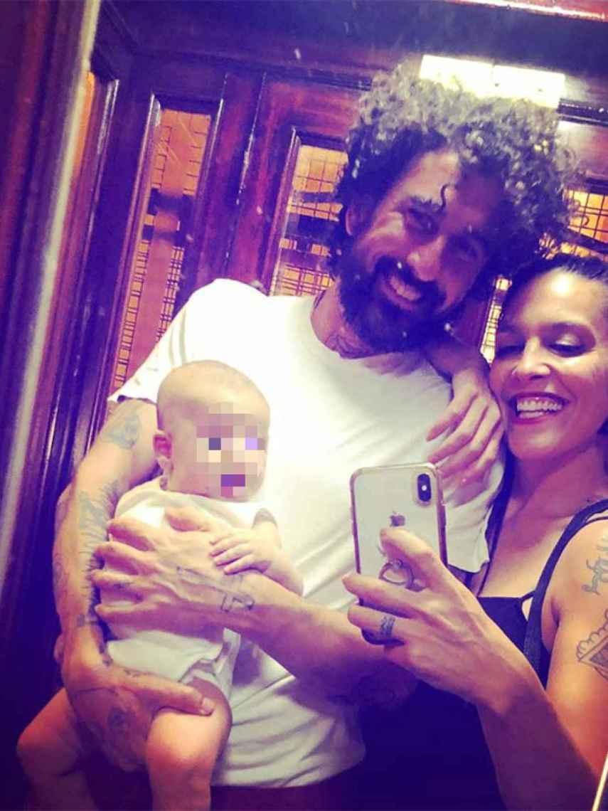 Lorena Castell y Eduardo Dabán con su hijo, Río.