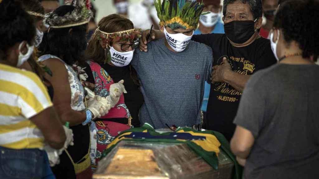 Entierro de uno de los líderes indígenas locales, fallecido por Covid-19.