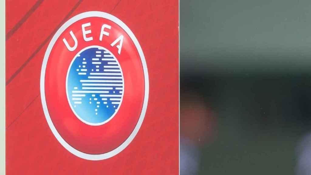 El logo de UEFA en uno de los edificios de su sede en Nyon