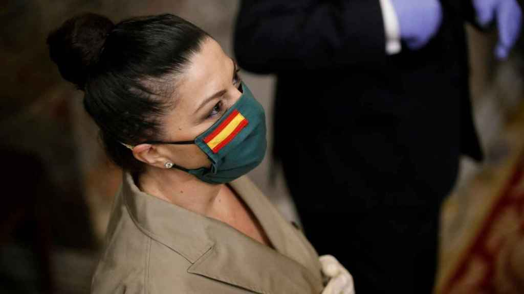 La diputada de Vox Macarena Olona luce la mascarilla patriótica.