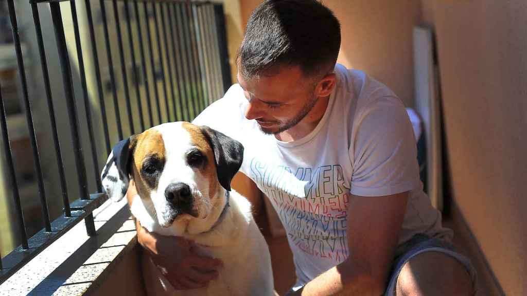 Edu reside con su novia y con su perra Chloe en Barcelona
