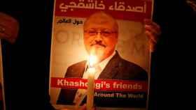 Un manifestante sostiene una foto de Jamal Khashoggi ante el consulado de Arabia Saudí en Estambul.