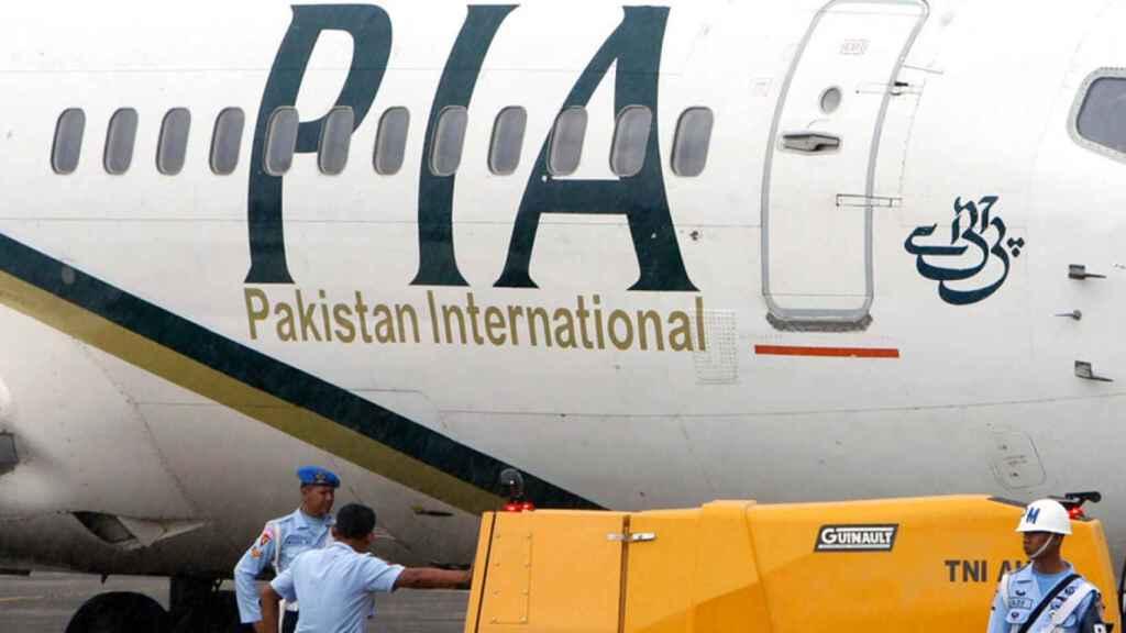 Un avión se estrella en Pakistán con 107 personas a bordo.