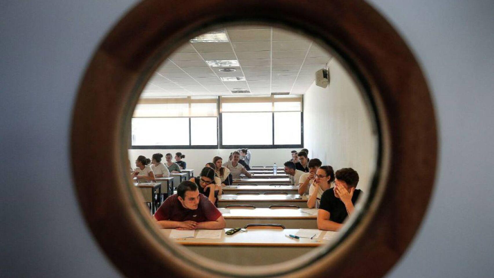 Un grupo de universitarios en un aula de la facultad.