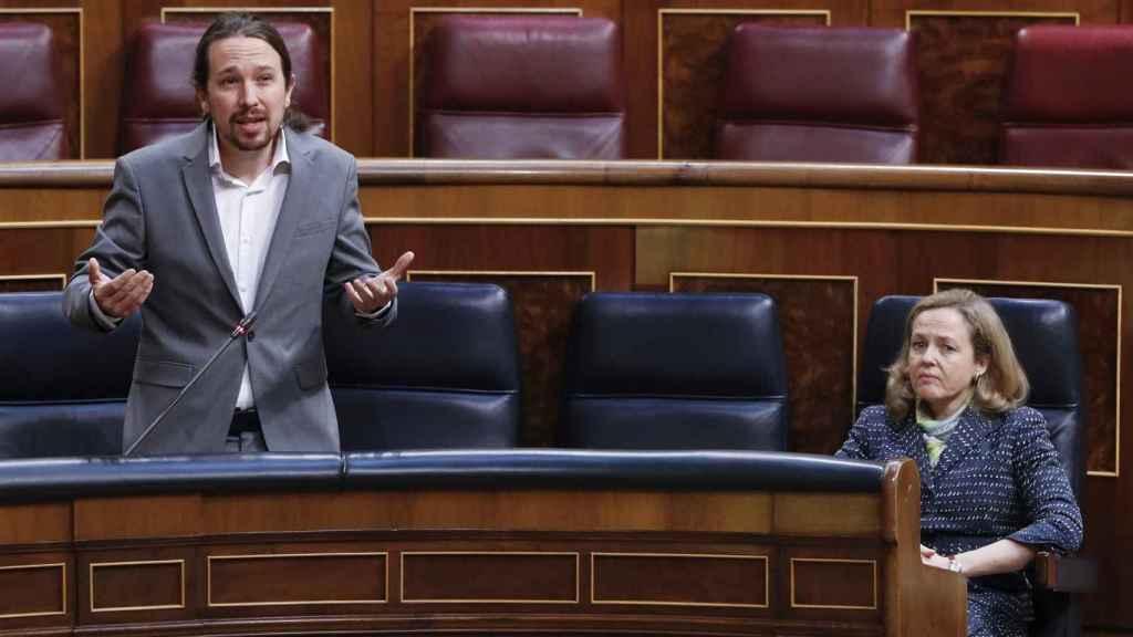 El vicepresidente, Pablo Iglesias, y la vicepresidenta, Nadia Calviño, en el Congreso.