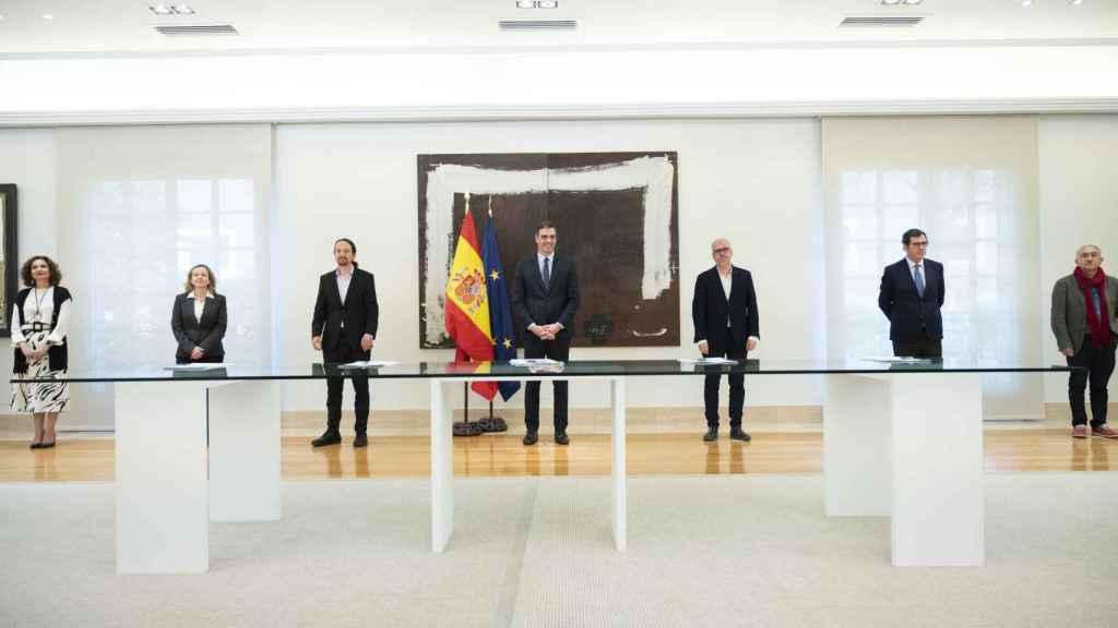 El presidente y otros miembros del Gobierno junto a los agentes sociales.